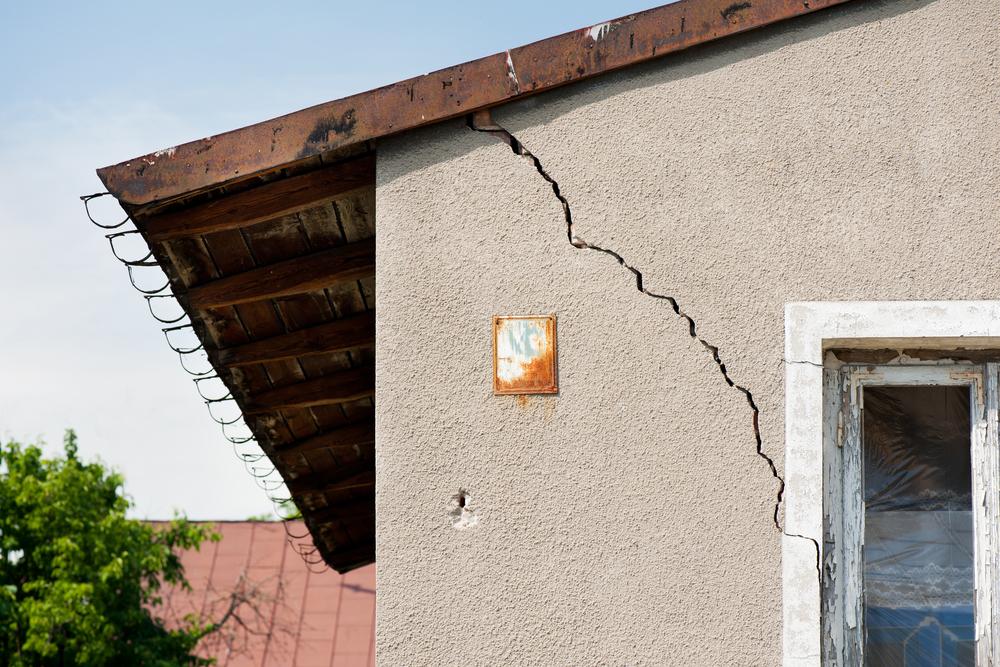 Пошла трещина по стене дома что делать
